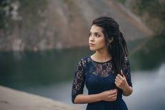 一个妇女浅黑肤色的男人的生活方式画象湖的背景的沙子的在一多云天 浪漫,柔和,神秘 图库摄影