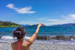 一个妇女游人在圣卡洛斯de巴里洛切,阿根廷山和湖  免版税库存照片