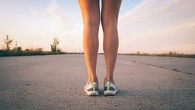 一个妇女赛跑者的脚在特写镜头路的 免版税库存图片