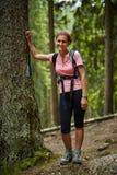 一个妇女远足者的全长画象在森林 免版税库存图片