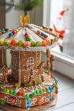 一个姜饼转盘和一些圣诞节装饰元素白色木表面上 免版税库存图片