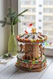 一个姜饼转盘和一些圣诞节装饰元素白色木表面上 免版税库存照片