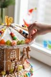 一个姜饼转盘和一些圣诞节装饰元素白色木表面上 库存图片