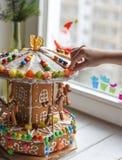 一个姜饼转盘和一些圣诞节装饰元素白色木表面上 库存照片
