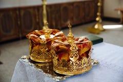 一个婚礼的冠在教会里 免版税库存图片