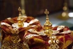 一个婚礼的冠在教会里 库存图片