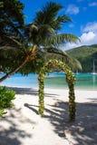 一个婚礼的花曲拱在海滩 免版税库存照片