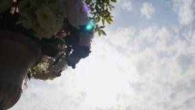 一个婚礼的装饰在一个围场 股票视频