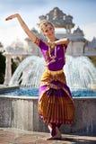 一个嬉戏的寺庙舞蹈演员 免版税库存图片