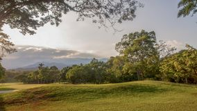 一个孔全景在高尔夫球cours的 库存照片