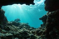 从一个孔的水下的阳光在海底 免版税库存图片