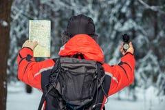 一个孤独的游人由有一指南针和上午的地形引导 免版税库存照片