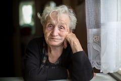 一个孤独的老妇人的画象 图库摄影