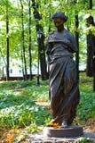 一个孤立残破的女性雕象在前庄园的公园在莫斯科 免版税库存图片