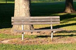 一个孤立长木凳在一个偏僻的公园 库存照片