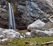 一个孤零零图在Glenwood峡谷,科罗拉多的喷出的岩石旁边休息 免版税库存照片