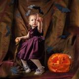 一个孩子用一个南瓜为万圣夜 库存图片
