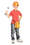 一个孩子的全长画象有拿着板钳的盔甲的 免版税库存照片