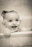 一个孩子的惊人的微笑在耐洗的卫生间里 库存图片