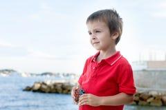 一个孩子的接近的画象海滩的,平衡时间 库存图片