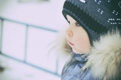 一个孩子的画象冬天衣裳的 库存照片
