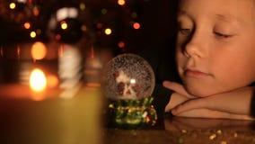 一个孩子的画象在圣诞灯背景中  股票视频