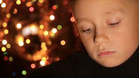 一个孩子的画象在圣诞灯背景中  股票录像
