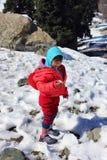 一个孩子的画象雪山谷的 免版税图库摄影
