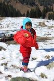 一个孩子的画象雪山谷的 免版税库存照片