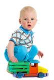 一个孩子的画象有玩具的 有一辆木汽车的小男孩 免版税库存照片