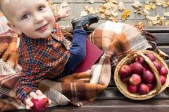 一个孩子的画象有苹果篮子的  免版税库存图片