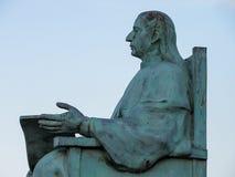 一个安装的人的雕象 免版税库存照片