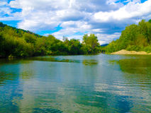 一个安静的湖在森林 免版税库存照片