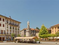 一个安静的集镇在como意大利的一个热的晴天 免版税库存图片