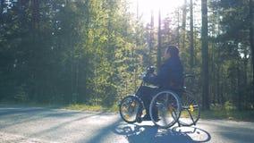 一个完全挑战人的慢动作过程训练轮椅的 影视素材