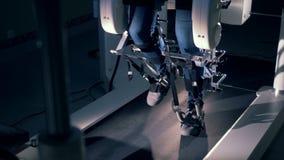一个完全挑战人的腿慢动作英尺长度走在模拟器的 股票录像
