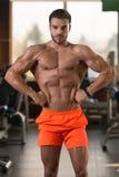 一个完全适合的肌肉年轻人的画象 免版税图库摄影