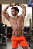 一个完全适合的肌肉年轻人的画象 库存图片