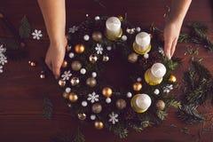 一个完成的圣诞节花圈的顶视图 免版税库存图片