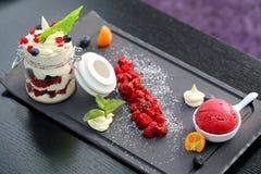 一个宏观乳酪点心的照片用莓果 免版税库存图片