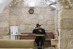 一个宗教犹太人在撒母耳坟墓-先知读在犹太教堂的摩西五经在耶路撒冷在以色列 库存图片