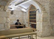 一个宗教犹太人在撒母耳坟墓-先知读在犹太教堂的摩西五经在耶路撒冷在以色列 免版税图库摄影