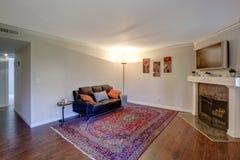 一个客厅的内部有壁角壁炉的 免版税库存图片