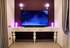 一个客厅的内部有电视的 库存照片