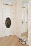 一个客厅的内部的片段有白色门和a的 图库摄影