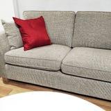 一个客厅的细节有沙发和白色桌的 免版税库存图片