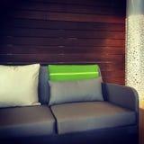 一个客厅的细节有灰色沙发和灯的 库存图片