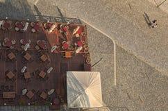一个室外咖啡馆的第一个访客 从城市的顶端Olomouc市政厅的一个看法  晴朗的夏天早晨 Olomouc 库存图片