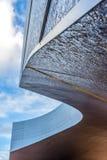 一个室外走廊的弯曲的屋顶有光滑的线的 图库摄影