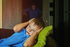 一个害怕的小男孩害怕在床上在晚上,童年恐惧 免版税库存照片